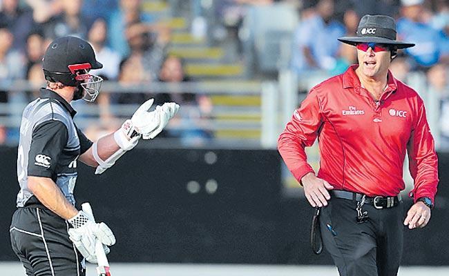 Daryl Mitchell falls victim to puzzling third umpire call - Sakshi