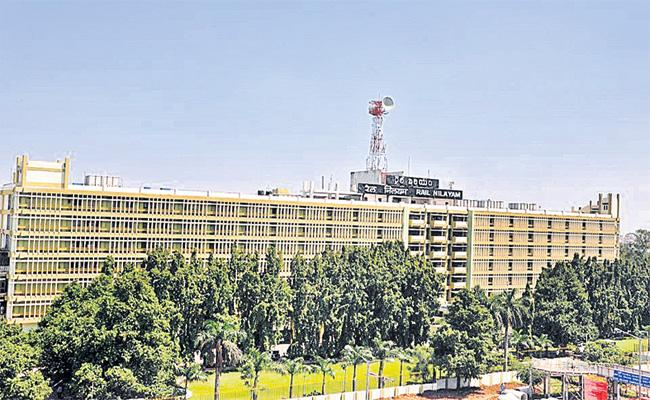 Hyderabad Railway Employees Worried About Visakhapatnam Railway Zone - Sakshi