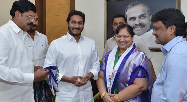 Venkatagiri Mayor Joins YSR Congress Party - Sakshi