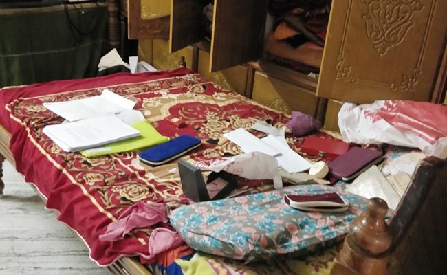Gold Robbery in Retired Officer House in Prakasam - Sakshi