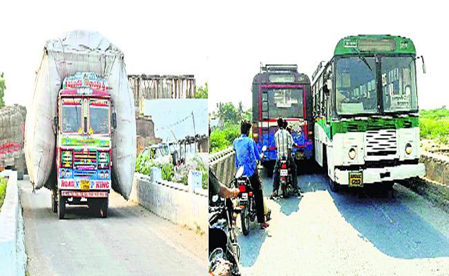 World Tourists Place Nagarjun Sagar Facing Traffic Problems  With Narrow Bridge - Sakshi