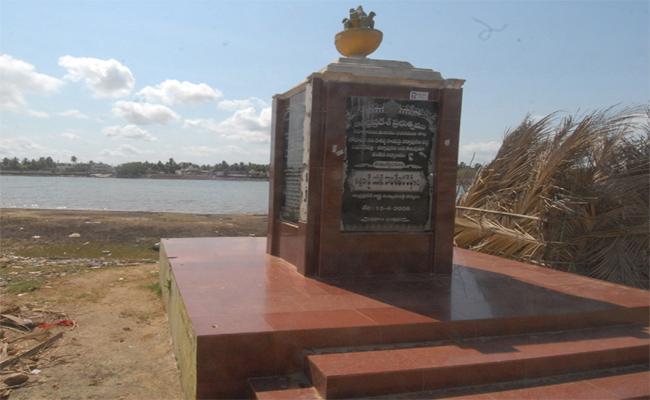 TDP Government Has Failed To Construct Bridge On Vasishta Godavari - Sakshi