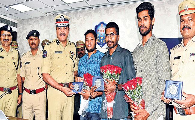 Young Mens Catched Chain Snatchers in Hyderabad - Sakshi