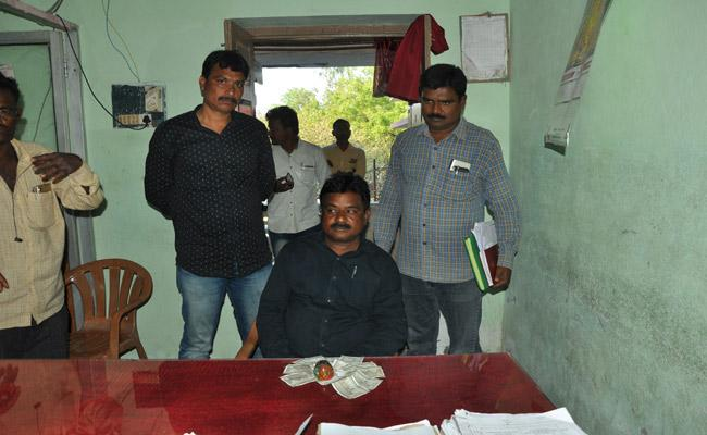 Bribe Taken By The VRO Degala Rajendram From Farmer - Sakshi