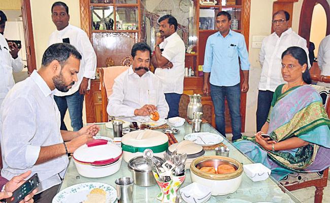 Sabitha Reddy Break Fast With Theegala Krishna Reddy in Hyderabad - Sakshi