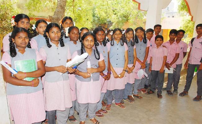 Telugu Students Suffering in Tamil nadu Tenth Class Exams - Sakshi