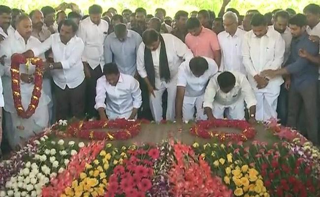 YS Jagan Mohan Reddy Pay Tributes At YSR Ghat Idupulapaya - Sakshi