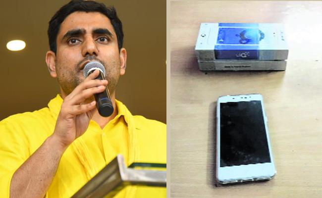 TDP Leaders Distribute Cell Phones In Mangalagiri - Sakshi