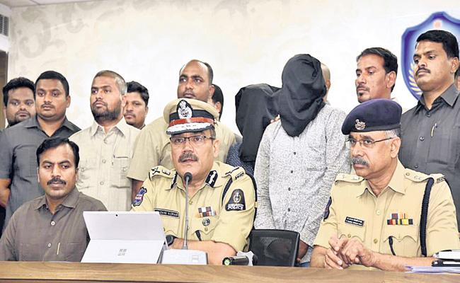 Chain Snatchers Arrest in Hyderabad - Sakshi