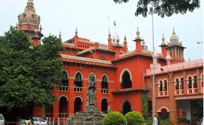 Husband Knife Attack On Wife In Madras High Court Hall - Sakshi