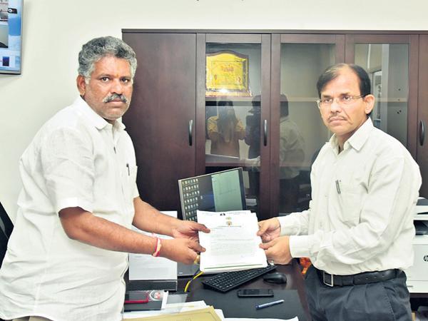 Chevireddy Bhaskar Reddy complaint to Election Commission - Sakshi