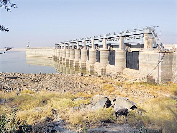 Water level fell to the minimum level in the projects - Sakshi