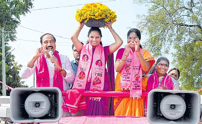 Kavita Roadshow held in Jagathala distric in the election campaign - Sakshi