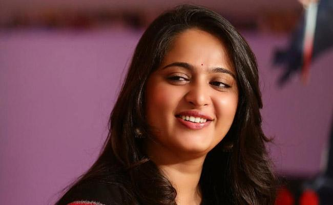 Heroine Anushka Learns ASL for Silence Movie - Sakshi