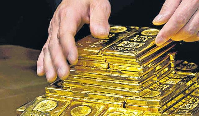 Gold imports dip 5.5% during April-February - Sakshi