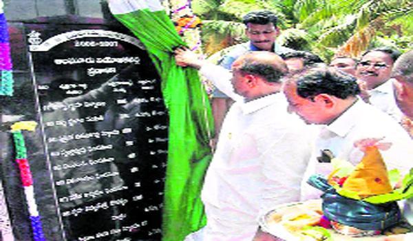 Ysr Initiates Indiramma Scheme In East Godavari - Sakshi