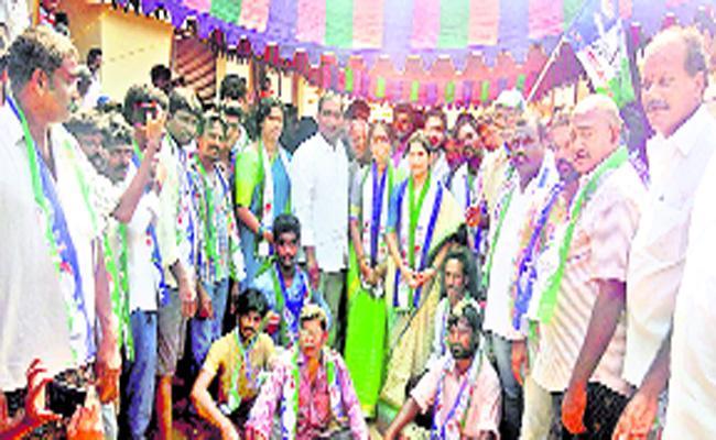 Tdp Leaders Jump Into Ysrcp - Sakshi