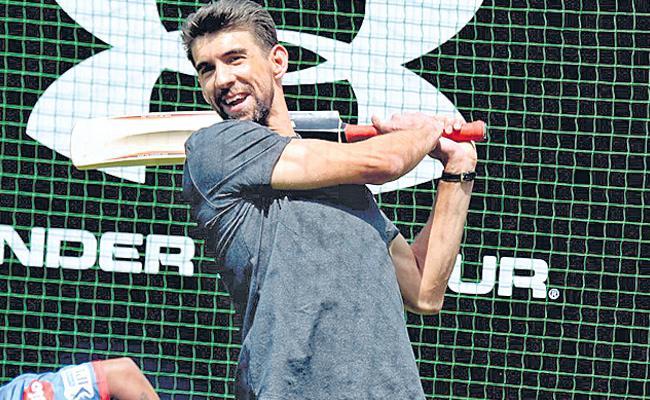 Michael Phelps playing cricket - Sakshi