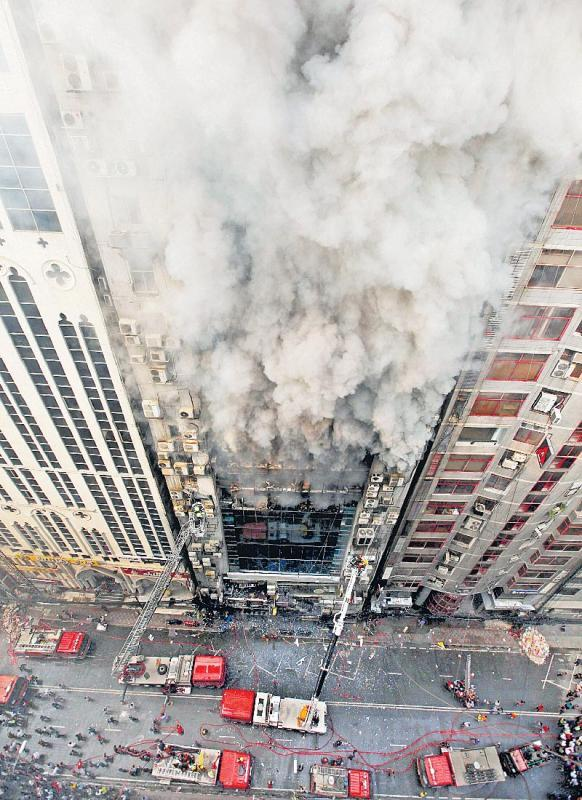 19 killed in Dhaka highrise fire - Sakshi