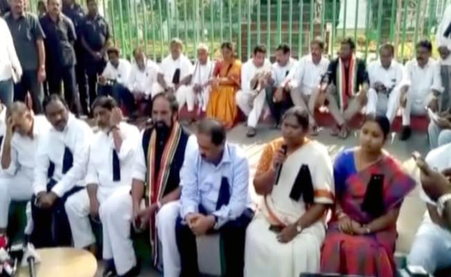 Congress MlAs Protest At Assembly Against KCR - Sakshi