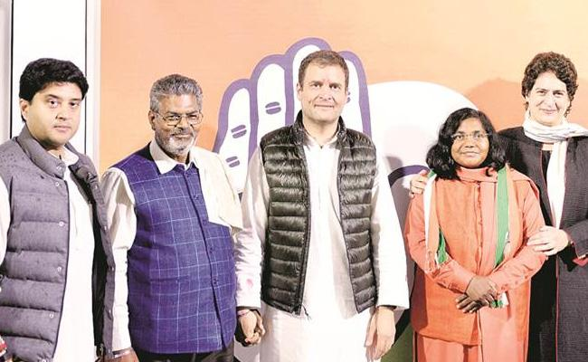 BJP MP Savitribai Pulley Join In Congress - Sakshi