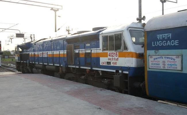Venkatadri Express Derailed At Kurnool Railway Station - Sakshi