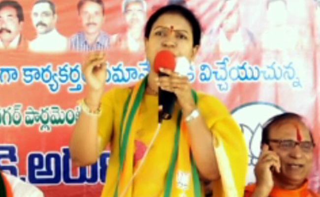 DK Aruna Fires On KCR - Sakshi