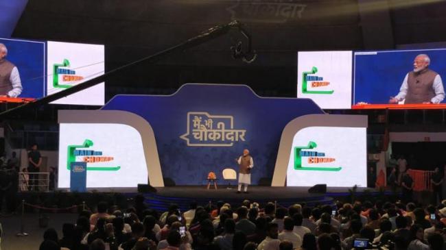 Narendra Modi interacted with chowkidars In Delhi - Sakshi