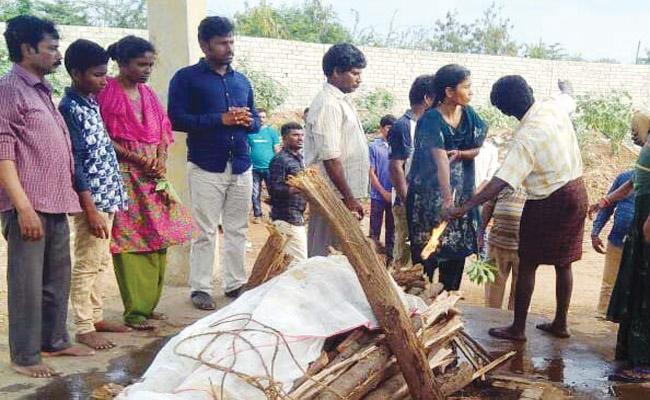 Wife Compleats Husband Funeral Programme in Visakhapatnam - Sakshi
