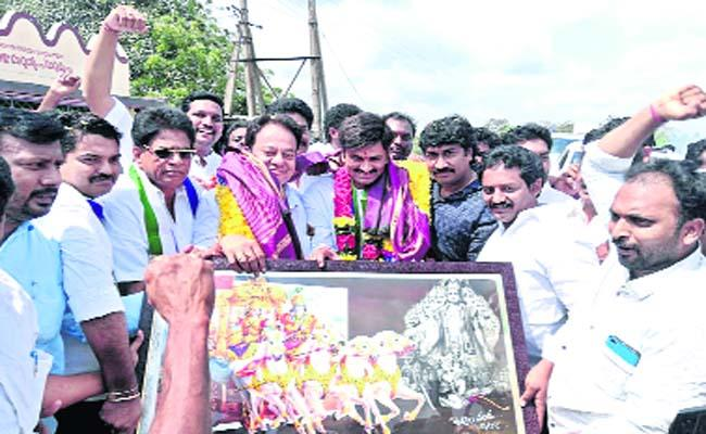 Grand Welcome to Raghu Rama Krishnam Raju - Sakshi