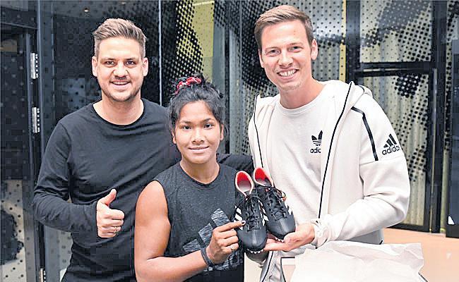 Swapna Burman gets customised shoes for her 12-toed feet - Sakshi