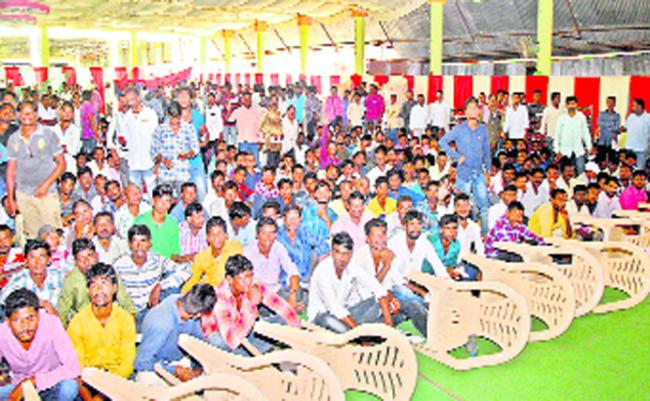 Gulf Agents Cheating Unemployees By Charging Huge Money In Mancherial - Sakshi