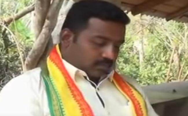 TDP MLA Bendalam Ashok Offering Money To Voters In Kaviti - Sakshi