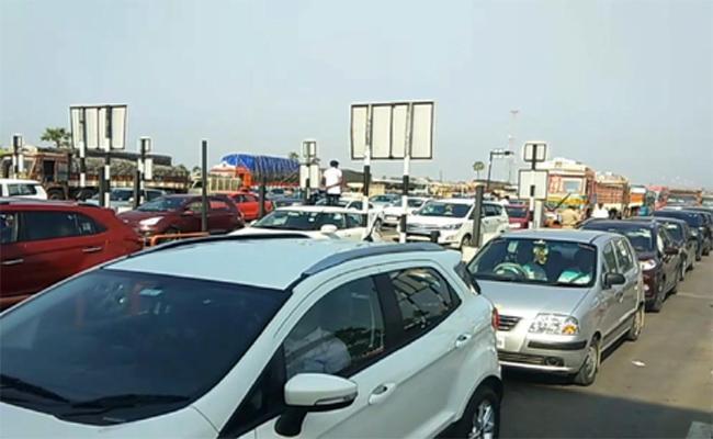 Heavy Traffic Jam At Panthangi Toll Plaza - Sakshi