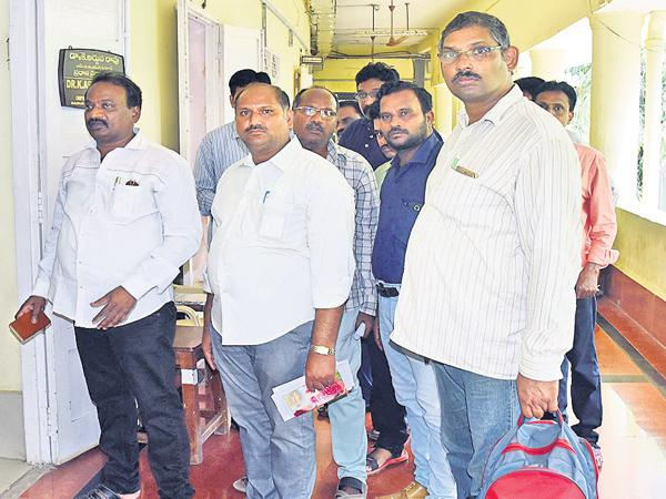 Employees protesting to use their vote - Sakshi