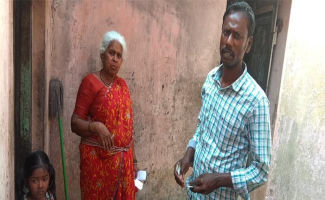 TDP Activists Distributing Money in Chittoor - Sakshi