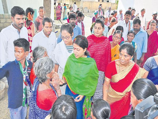 YS Bharathi Reddy Election Campaign in Ankalamma Guduru - Sakshi
