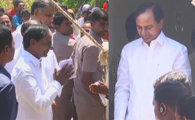 CM KCR Casting His Vote In Chintamadaka - Sakshi