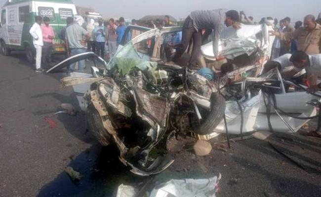 8 dies in Road accident on Agra Lucknow expressway - Sakshi
