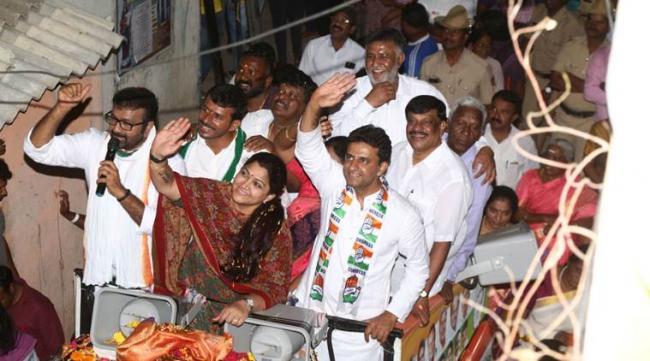 Congress Leader Kushboo SlapsYouth During roadshow in Bengaluru - Sakshi