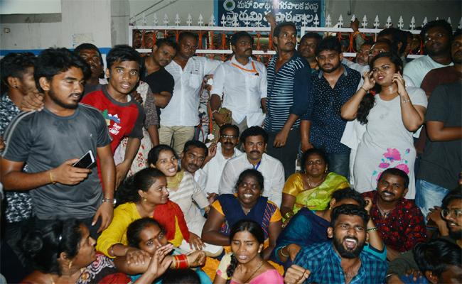 Ganta Srinivasarao Avtivists Closed Polling Booth in Visakhapatnam - Sakshi