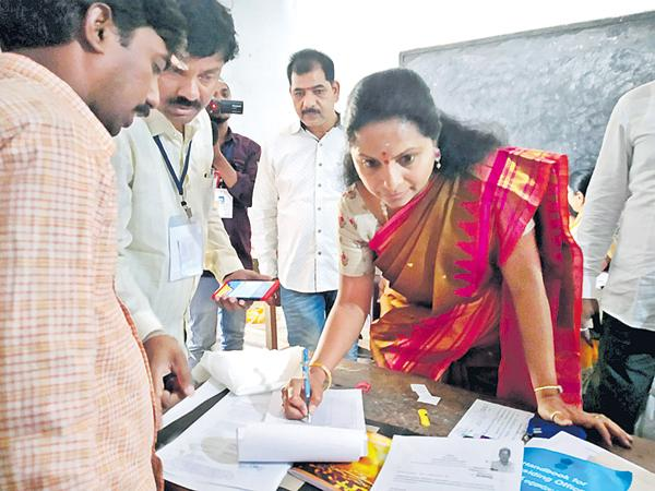 There are no minimum facilities in polling stations says Kalvakuntla Kavitha - Sakshi