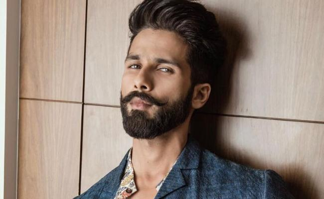 Shahid Kapoor says he would smoke 20 cigarettes a day for Kabir Singh - Sakshi