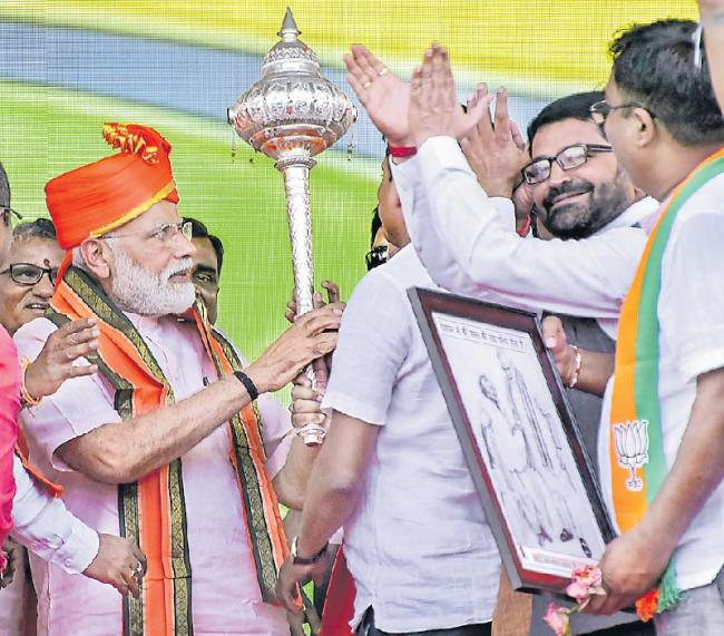 Honest chowkidar or corrupt naamdaar, choice is yours - Sakshi