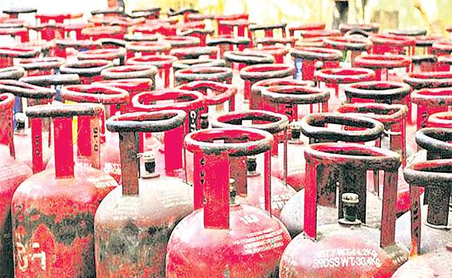 Customers Facing Cooking Gas Subsidy Amount Credit Problems - Sakshi