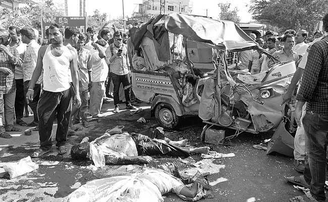 Five killed, several injured in kodada road accident - Sakshi