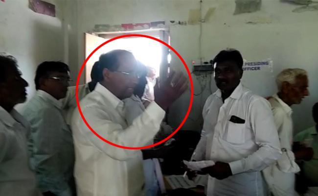 Kodela Shivaprasada Rao Enters Polling Booth,  Video Came Out - Sakshi