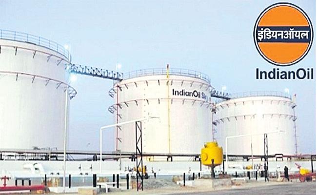 Crude oil futures fall on weak global cues - Sakshi