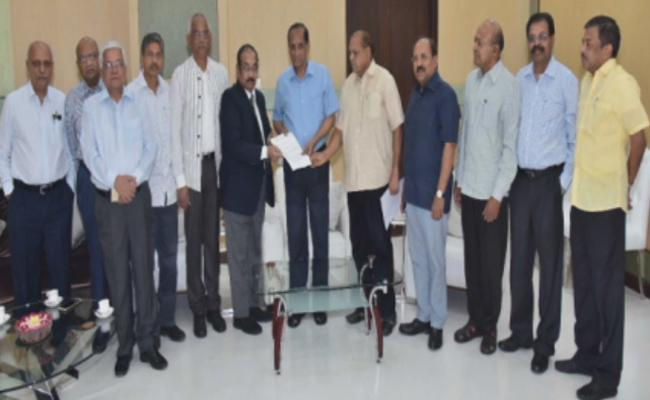 Retired IAS Team Meet Governor Narasimhan To Complaints On Chandrababu Naidu - Sakshi