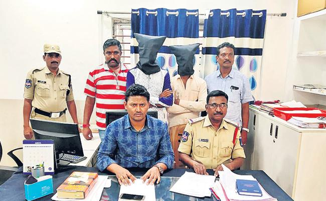 Cell Phone Snatchers Arrest in Hyderabad - Sakshi